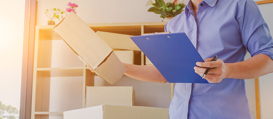 Razvrščanje smeti v pravilno škatlo v pisarni in s seznamom v roki.